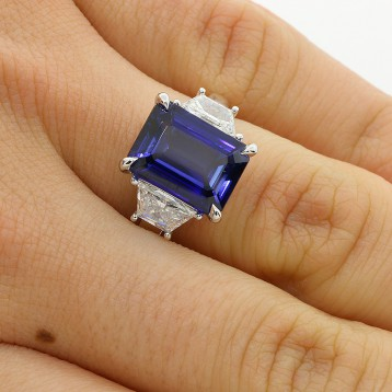 1.08 CTS TRAPEZ CUT DIAMOND RING WITH 5.38 CTS JADORE EMERALD CUT SET IN PLATINUM